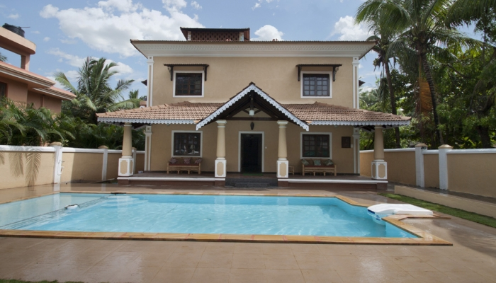Private 7 bhk villa swimming pool 2 minutes walk from calangute beach for Guest house in goa with swimming pool